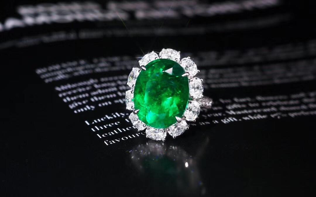 彩色宝石戒指不同款式搭配有什么技巧?