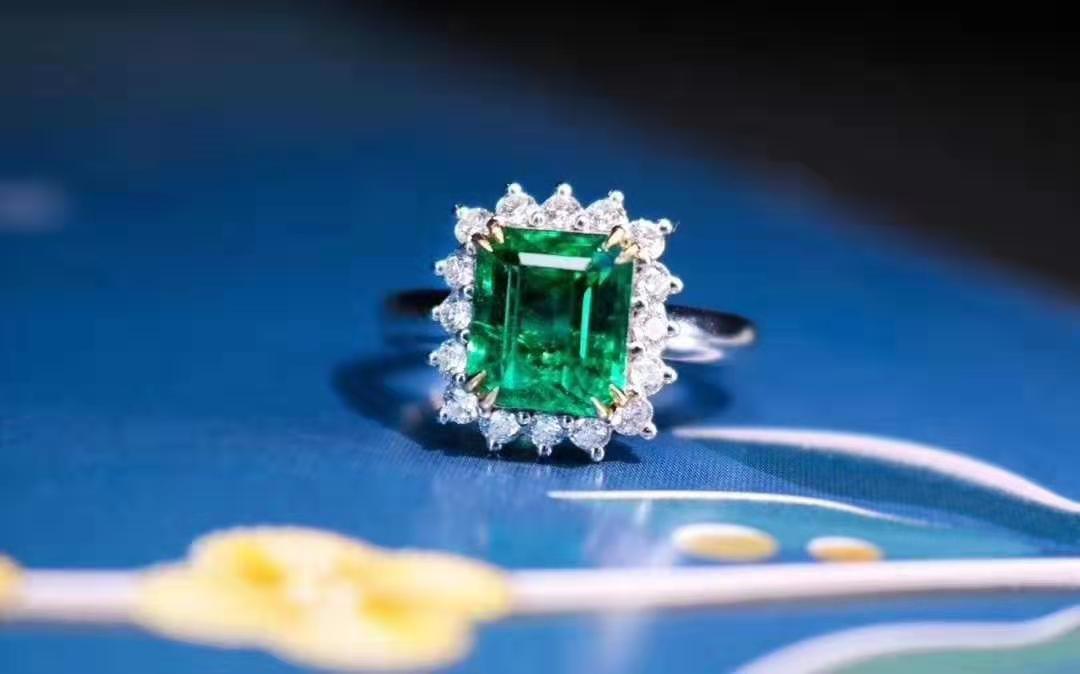 选择什么颜色款式的宝石 就搭配什么风格的服装